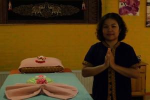 Moekda thaise massage tafel en de masseuse